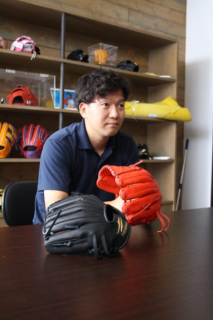 ステージ2の開発責任者、佐藤祐士氏。このグラブ開発に注がれた熱い時間を語ってくれた